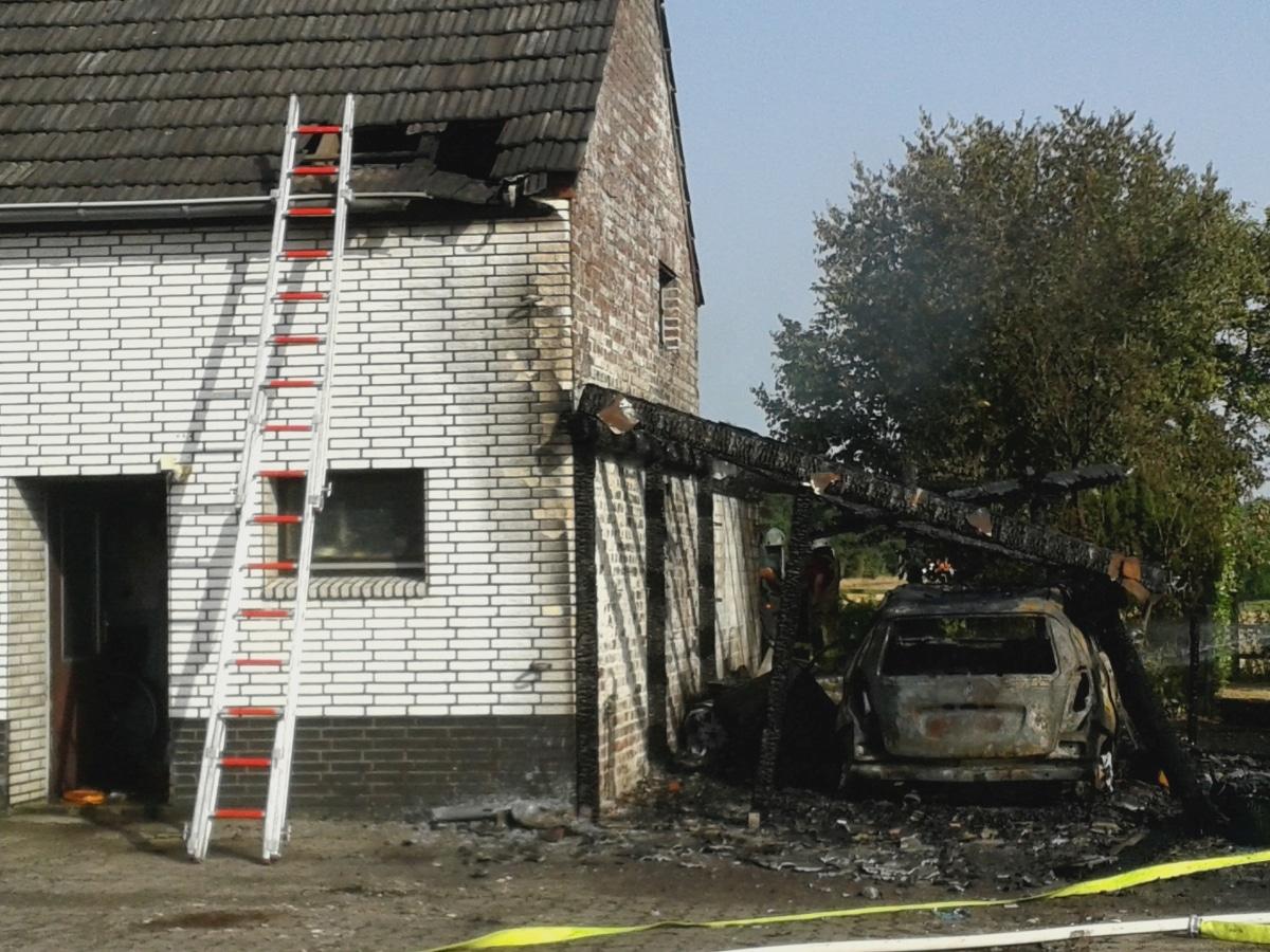 7969fc405e56c PKW und Carport brennen vollständig aus und auch der Dachstuhl des  Wohnhauses brannte. (Foto  Frank Diepers)