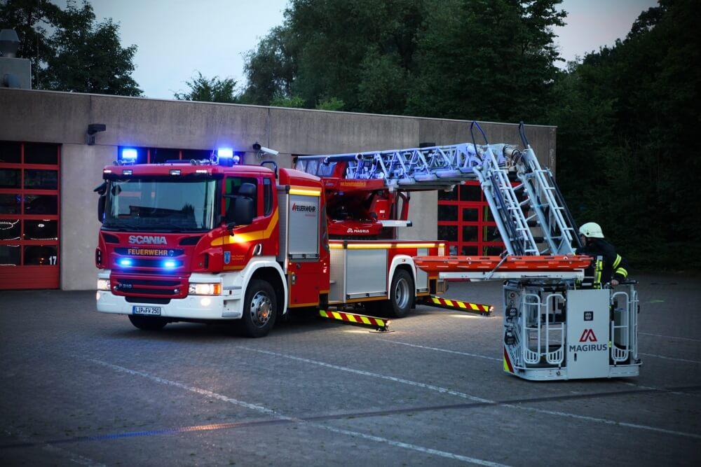 Mit der Drehleiter retteten Einsatzkräfte der Freiwilligen Feuerwehr Bad Salzuflen eine junge Frau von einem Dach, nachdem diese ihr abgestürztes Handy retten wollte.