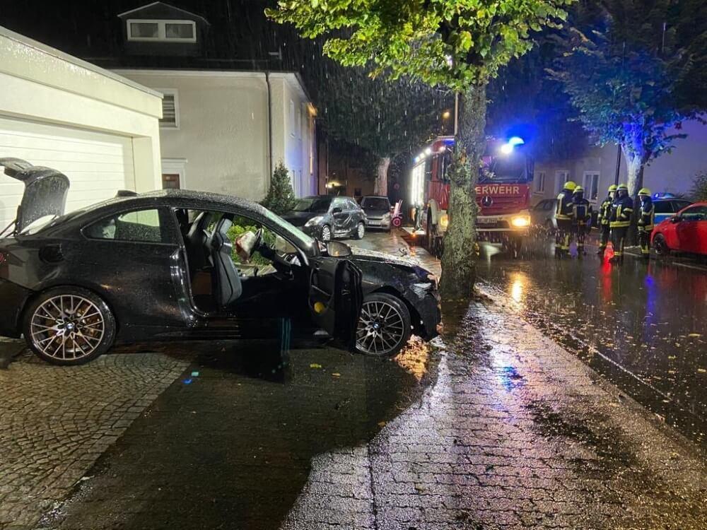 Eine Autofahrt in Olpe endete tragisch in einem Verkehrsunfall, bei dem vier Personen schwer verletzt wurden. Der Fahrer erlag noch in der Nacht seinen Verletzungen.