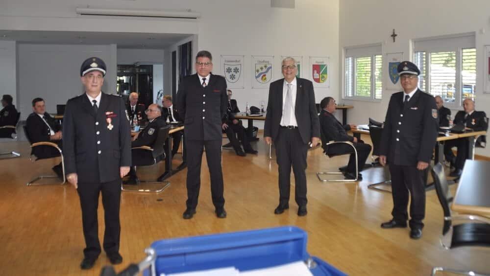 Michael Hendricks (zweiter v. links) erhielt von der Wehrführung der Feuerwehr Bedburg-Hau eine besondere Auszeichnung für 25 Jahre Presse- und Öffentlichkeitsarbeit.