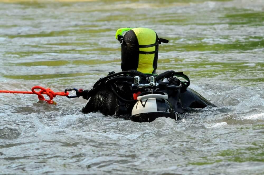 Rettungstaucher suchten in der Nacht auf den 23. September 2020 nach einer Person, die in der Weser vermutet wurde.