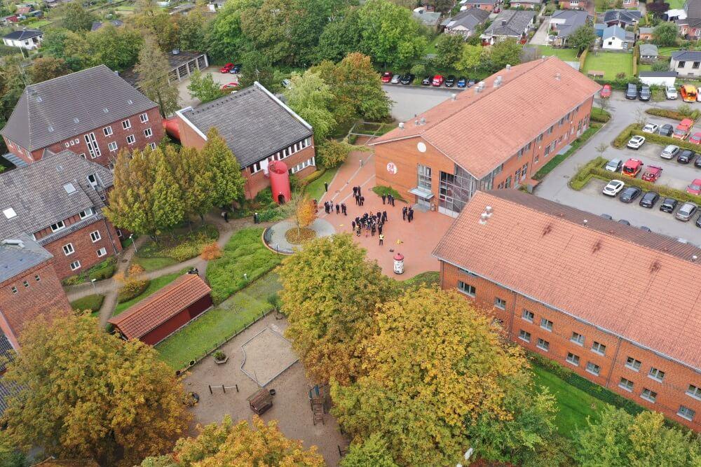 Die Landesfeuerwehrschule in Harrislee nimmt die Ausbildung von Führungskräften in der Feuerwehr und im Katastrophenschutz wieder auf.