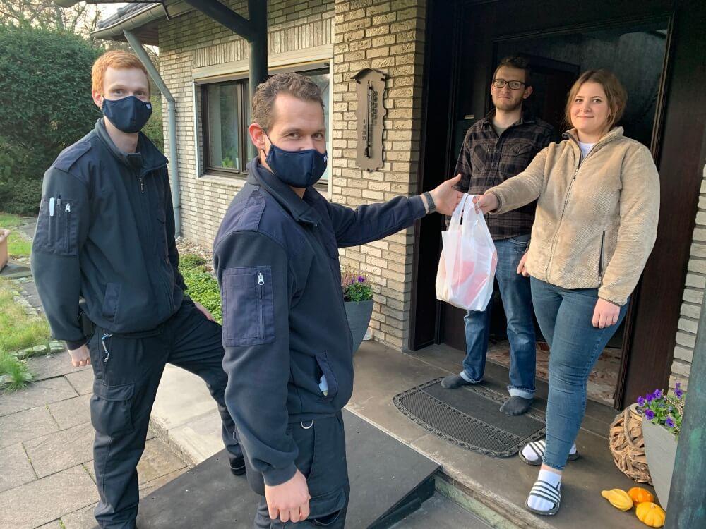 Eine süße Überraschung hatte die Feuerwehr Haan für ihre Angehörigen. Dabei unterstützte die Bäckerei Weirauch sie.