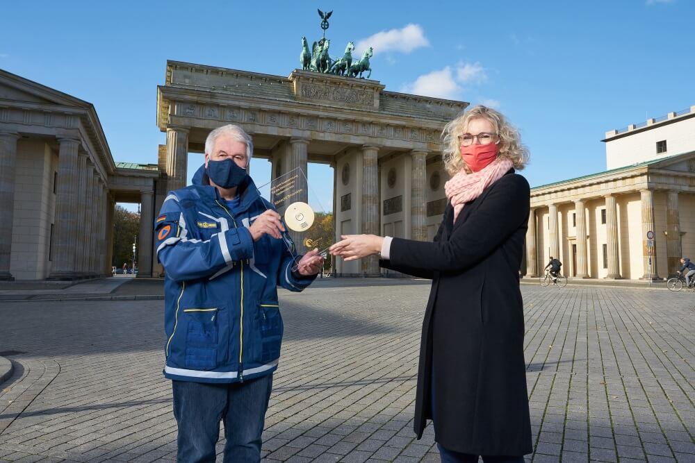 """Albrecht Broemme, Initiator der Initiative """"Rauchmelder retten Leben"""", erhält von Claudia Groetschel vom Forum Brandrauchprävention eine Auszeichnung für seine Verdienste um den Brandschutz."""