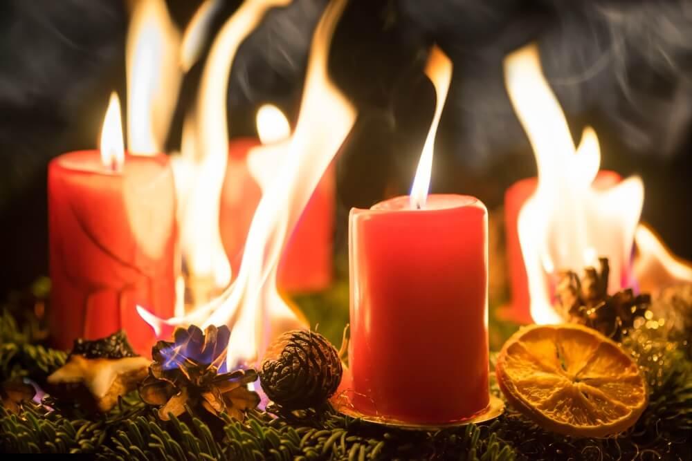 Wenn in der Adventszeit die Kerzen auf dem Adventskranz oder auch am Weihnachtsbaum brennen, geht von ihnen auch eine große Gefahr aus.