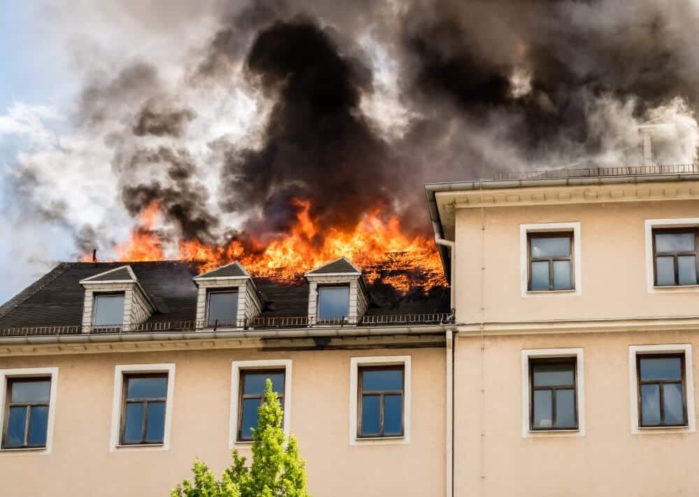 Eine Person rettete die Feuerwehr Ludwigshafen in den frühen Morgenstunden bei einem Gebäudebrand im Ludwigshafener Ortsbezirk Mundenheim.