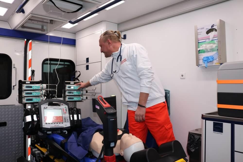 Die Feuerwehr Bremerhaven besitzt seit kurzem einen Rettungswagen mit Spezialausstattung, mit dem intensivmedizinisch zu betreuende Personen transportiert werden können.