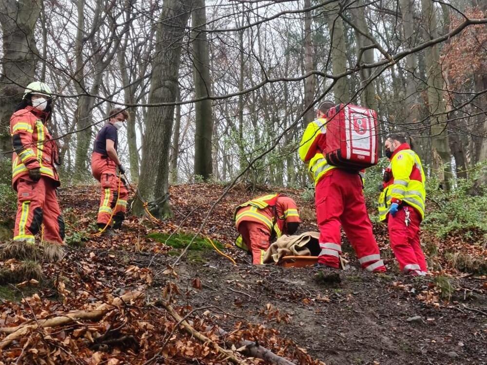 Bei einer Wanderung verunglückte am 7. Januar 2021 eine junge Hattingerin in einem Wald bei Velbert. Die Rettungskräfte standen nun vor einer großen Herausforderung bei der Rettung.