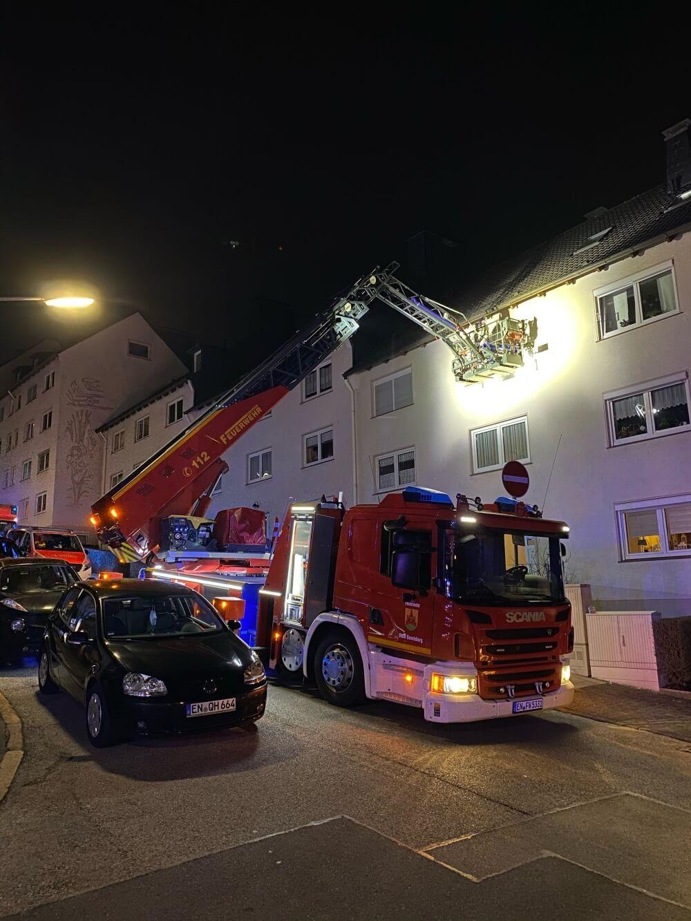 Mithilfe einer Drehleiter unterstützte die Feuerwehr Gevelsberg am Abend des 22. Februar 2021 den Rettungsdienst.