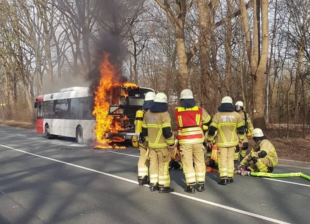 Der Motorraum in einem Linienbus aus Bremen ging am Vormittag des 22. Februar 2021 in Flammen auf.