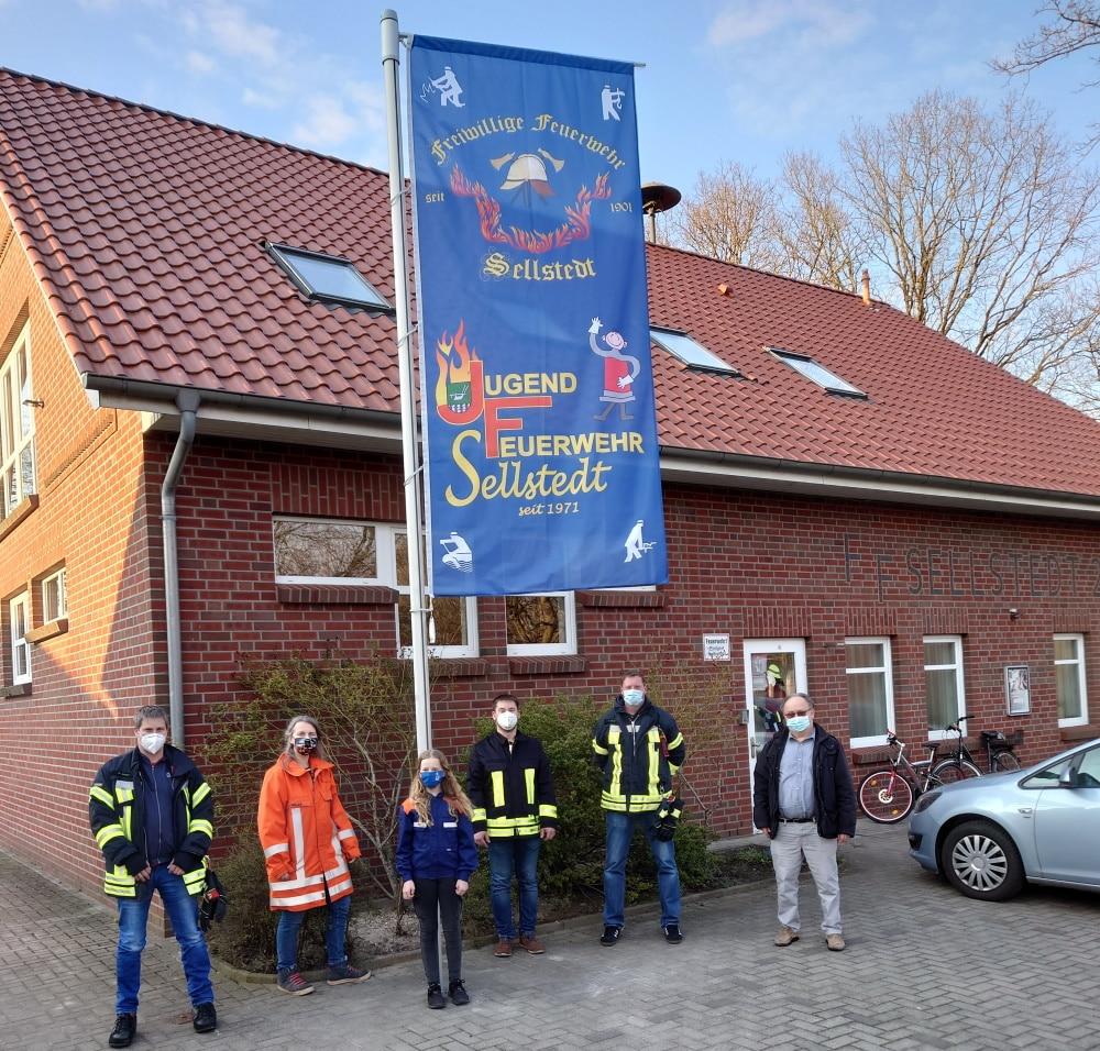 Zu ihrem fünfzigsten Geburtstag erhielt die Jugendfeuerwehr Sellstedt einen Fahnenmast sowie eine eigene Fahne geschenkt.