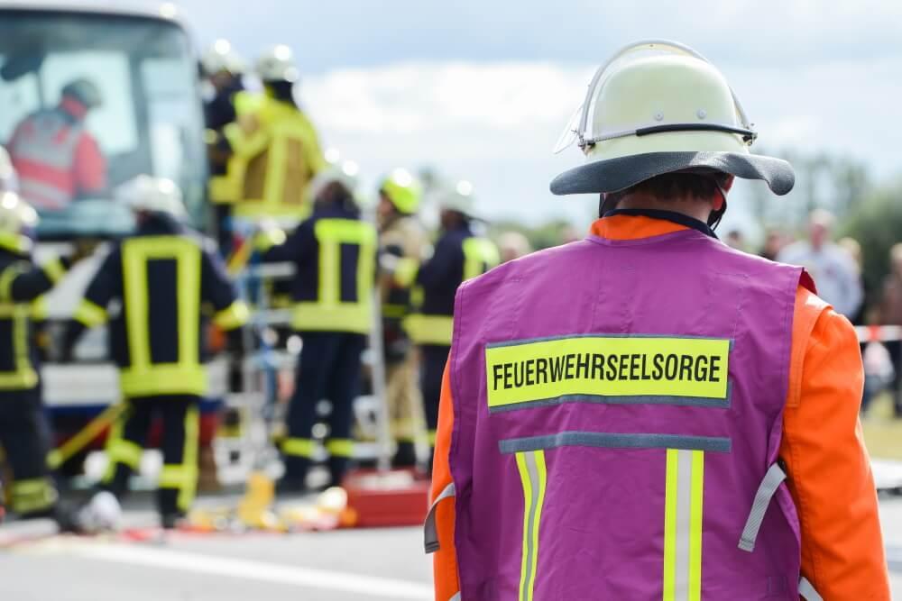 Einige Personen an der Einsatzstelle mussten nach den Ereignissen um den Stromschlag durch Seelsorger betreut werden.