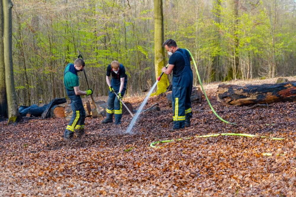 Das Feuer hatte sich bereits in den Waldboden vorgearbeitet. Deswegen mussten die Kräfte mit Haken und Harken den Boden umgraben.