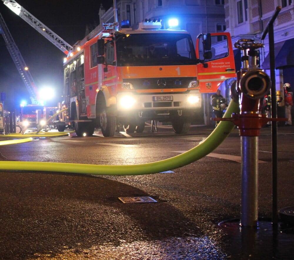 An einem Mehrfamilienhaus im Bonner Stadtteil Tannbusch stand in der Nacht auf den 27. Mai 2021 ein Balkon in Vollbrand.