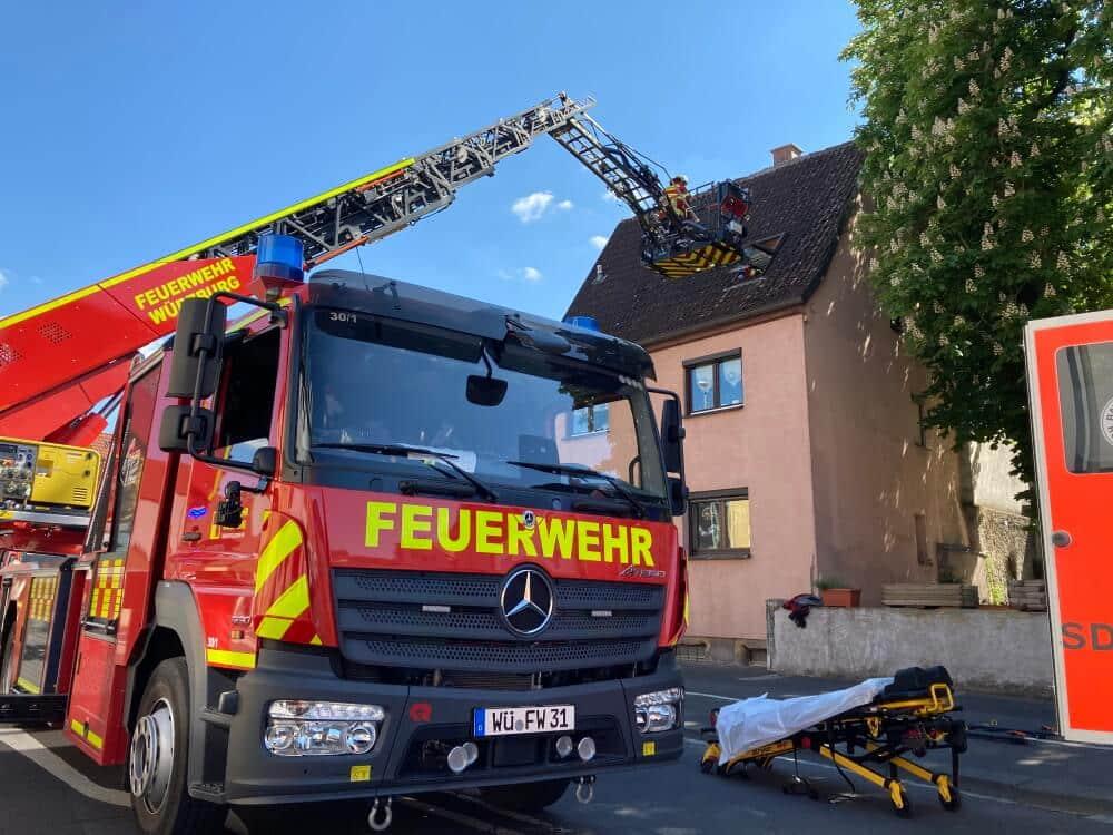Kreativ wurde die Berufsfeuerwehr Würzburg bei der Rettung einer Patientin aus dem Dachgeschoss eines Hauses in Versbach.