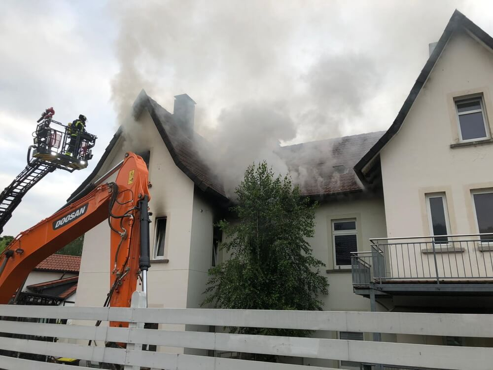 Aus einem Wohnhaus in Hiddesen, einem Ortsteil von Detmold, drang am Abend des 23. Juni 2021 dichter schwarzer Rauch.
