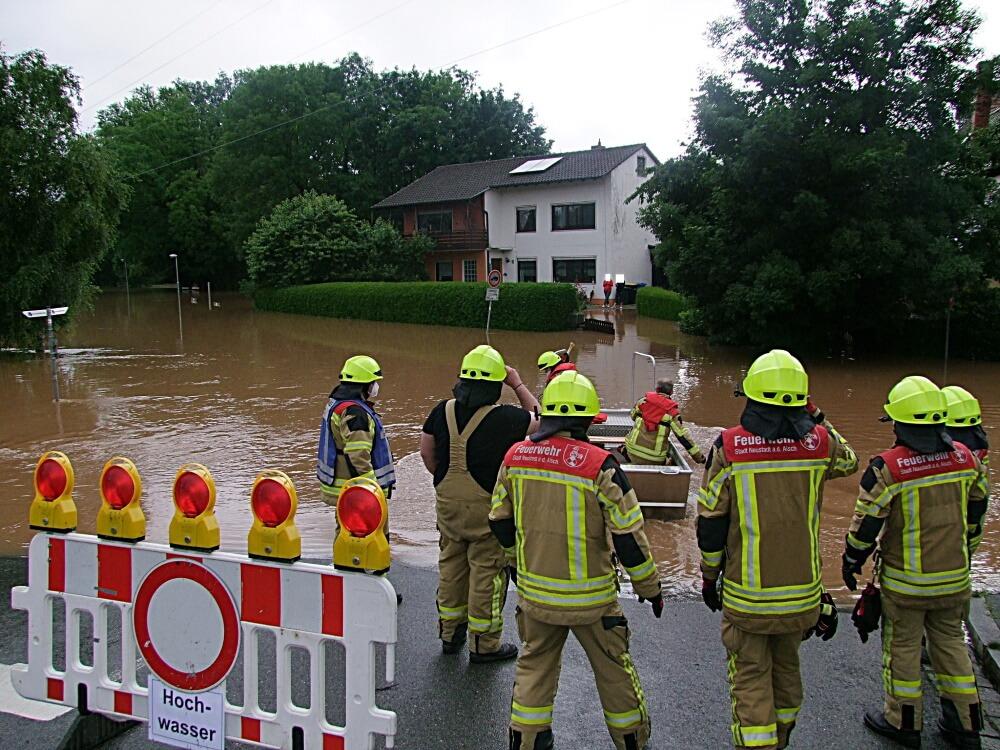 Katastrophen-Lage in Nordayern: Einsatzkräfte stehen vor überfluteter Straße