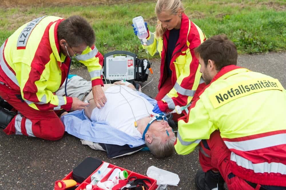 Ein Rettungsassistent muss sich nicht zur Fortbildung zum Notfallsanitäter zwingen lassen. Allerdings sind Disziplinarmaßnahmen bei Verweigerung nicht zu beanstanden.
