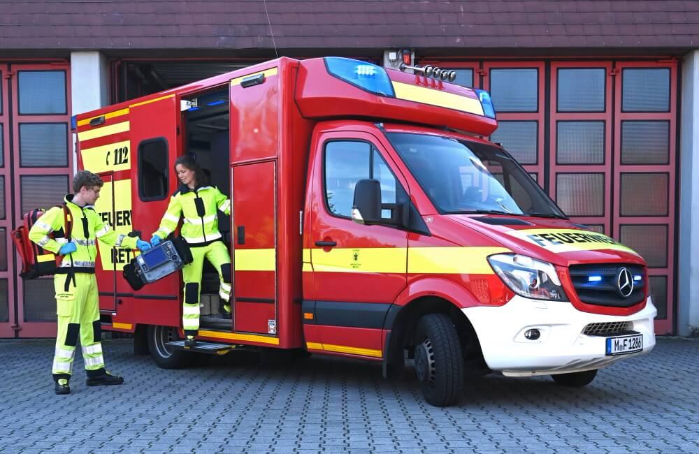 Am 1. Oktober 2021 starteten 17 Auszubildende ihre Ausbildung zur Notfallsanitäter/-in bzw. zum Notfallsanitäter bei der Berufsfeuerwehr München. Die Wehr sucht jetzt auch schon neue Auszubildende für 2022.